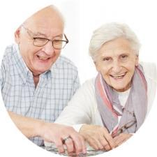 Starsza uśmiechnięta para